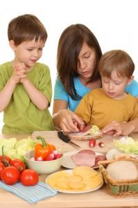 Koos perega kokkamine on hea võimalus õpetada lapsele tervislikkutoitumist.